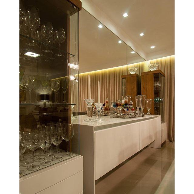 #mulpix Para a sala de jantar, optamos por uma composição simétrica com duas torres de cristaleira em madeira e branco, e um buffet central. O espelho valoriza e enobrece o ambiente.  #porTrennaArquitetura  Padrão Trenna Arquitetura