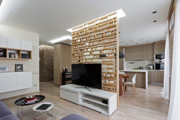 modele de cuisine semi ouverte grise avec ilot central et petit coin salle à manger, séparation en bois amovible, salon canapé violet et meuble tv blanc design, parquet clair