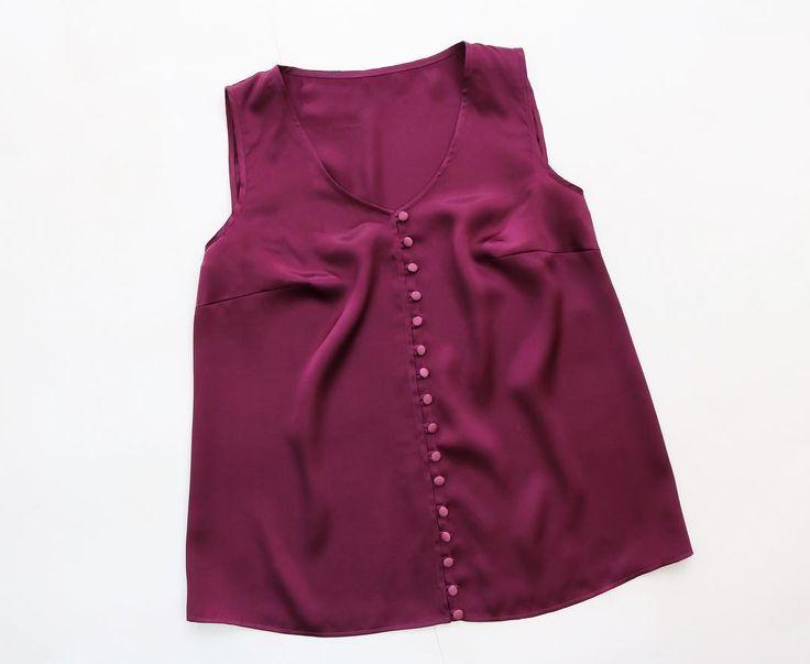 Топ из атласного шелка сложного цвета, на пуговках обтянутыми тканью.