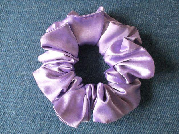 Haargummis - haarrosette, groß haar scrunchie aus lila satin - ein Designerstück von Krumina bei DaWanda