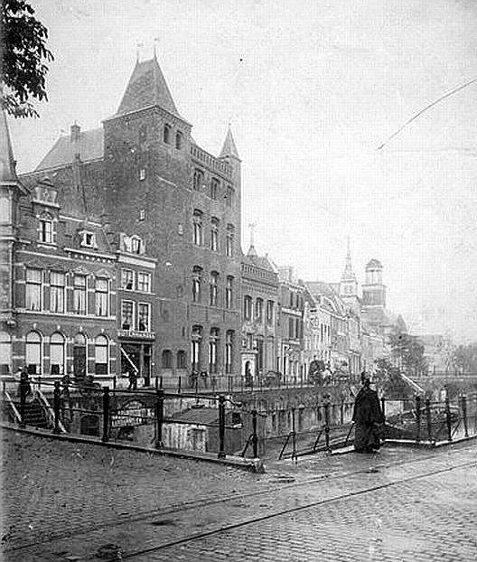 Utrecht op zondag | Rond 1900 | De Oudegracht bij de Jansbrug | Met het oude mannen- en vrouwenhuis Oudaen
