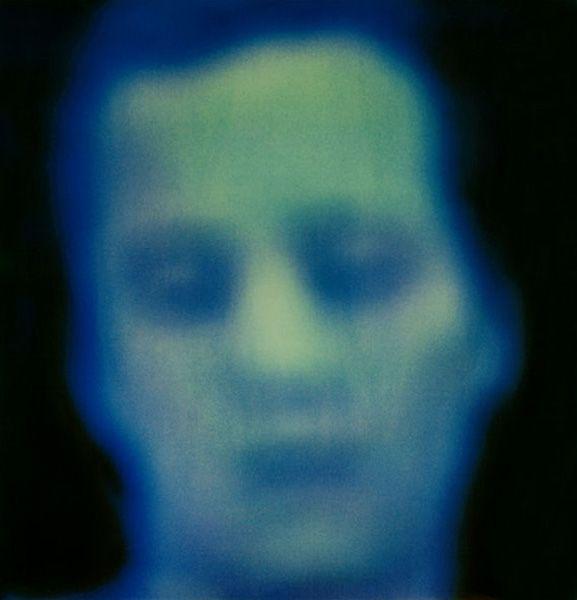Rostos 1990:  Aqui Cássio toma filmes em vídeo – quaisquer, dos pornôs às histórias de ação (impossível pensar imagens mais descartáveis) –, e interrompe a fita ao encontrar um rosto. Ele então fotografa essas imagens suspensas, em polaroid.