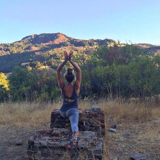Exercice Du Yoga  :     Restez en forme et heureux de passer des vacances en plein air en vous relaxant ou en explorant et vous inspirer pour essayer ces mouvements de yoga.  - #Yoga