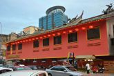 Ein Tempel mitten in der Stadt zwischen modernen Gebäuden // A temple directly in the city between modern buildings #KualaLumpur