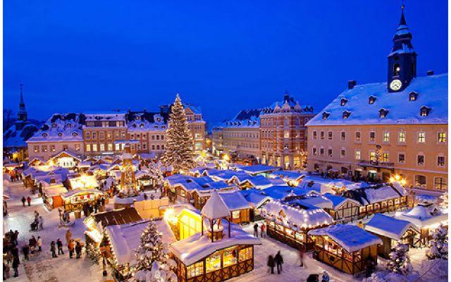 I mercatini di Natale in Europa: artigianato e tradizione Natale, impossibile non visitare i mercatini che tanto fanno festa: angioletti, presepi e Santa Claus dominano le bancarelle, rallegrano le strade e scaldano gli animi. L'articolo propone un viaggio  #viaggio #europa #mercatini #natale