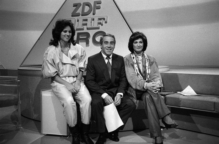"""""""Anders fernsehen"""": 3sat wird 30 - """"Anders fernsehen"""" lautet das Motto von 3sat: Zum 30. Geburtstag des Senders soll dies nun anhand von vier Thementagen und einer Mockumentary unter Beweis gestellt werden. Vor 25 Jahren, am 1. Dezember 1984, begrüßten die 3sat-Moderatorinnen Vera Russwurm (ORF) und Dagmar Wacker (SRG) gemeinsam mit ihrem Kollegen Helmut Bendt (ZDF) die Zuschauer. Mehr dazu hier: http://www.nachrichten.at/nachrichten/kultur/Anders-fernsehen-3sat-wird-30;art16,1549844 (Bild…"""