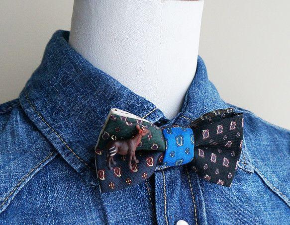 6色のペイズリー生地を組合わせて蝶ネクタイを作りました。小さなプリント柄なのでちょっと大人っぽい雰囲気です。くっ付いているのはちっちゃいオカピ。首回りのベルト...|ハンドメイド、手作り、手仕事品の通販・販売・購入ならCreema。