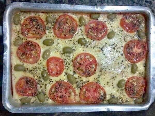 A Pizza Rápida de Liquidificador é uma opção prática, deliciosa e econômica para o lanche da sua família. Escolha o recheio e faça hoje mesmo! Veja Também: