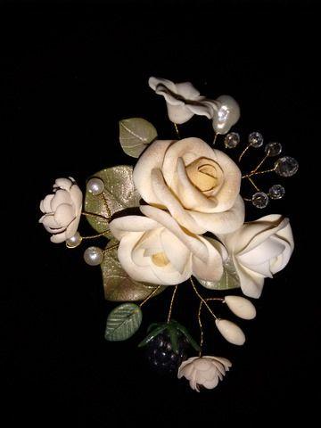 #Broche de #flores de estilo #vintage. Hecho artesanalmente en #arcilla #polimérica. Elegante y delicado, es una pieza única. Disponible en www.manosesmas.com