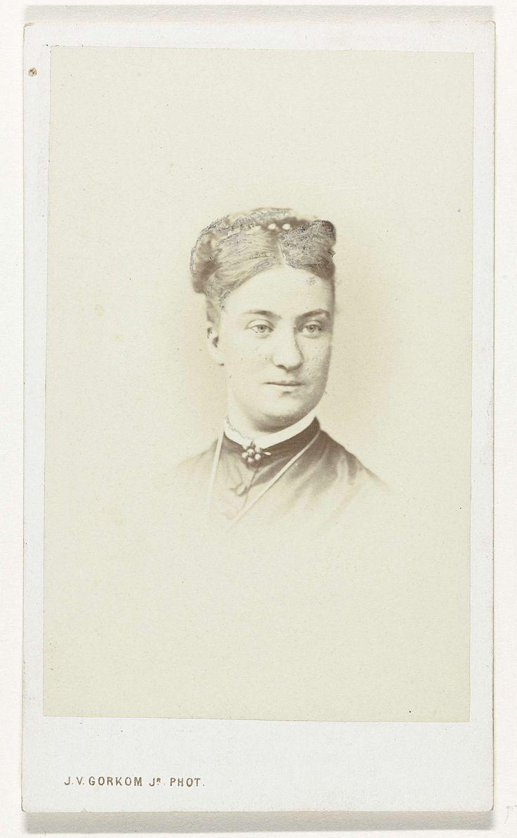 Jacobus van Gorkom Jr. | Portret van een vrouw, Jacobus van Gorkom Jr., 1865 - 1872 | Kop van een vrouw met opgestoken haar, zonder achtergrond.