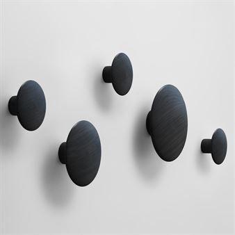 Placera de dekorativa klädkrokarna – runda prickar i tre olika storlekar – på en vägg på det sätt som passar just dig! Använd dem som hängare eller bara som en vacker väggdekoration!