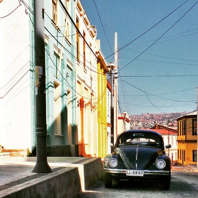 Valparaiso vintage car by La ciudad al instante#laciudadalinstante #valparaíso #chile  #vw #vintagecar #soloparking #statigram…