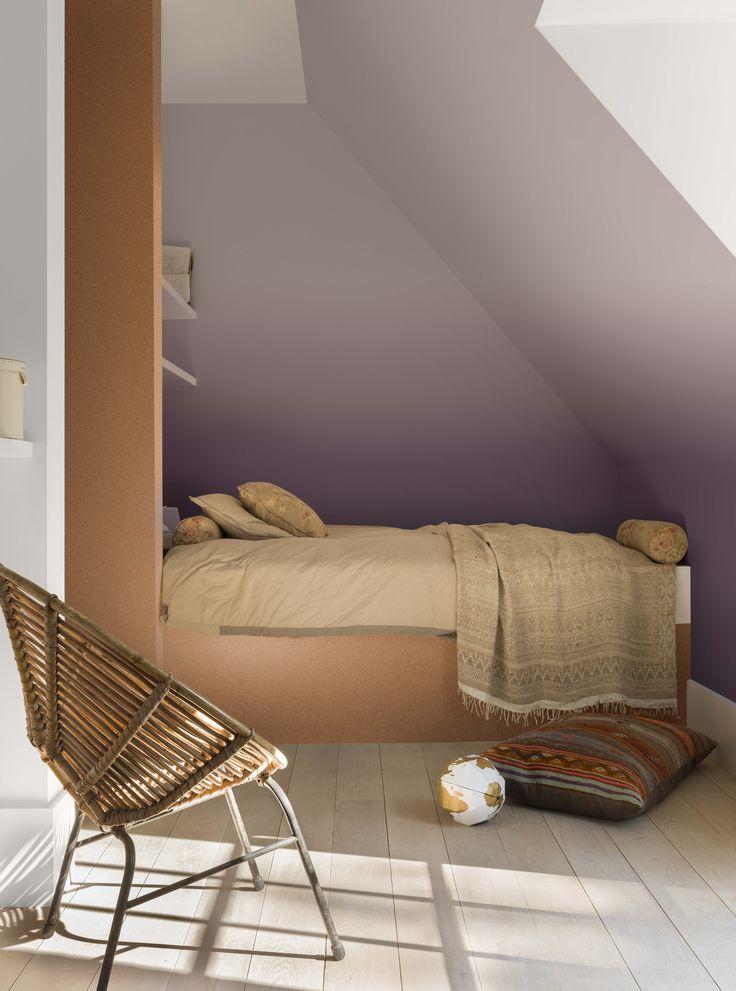 Dans cette chambre à coucher, la pression de la journée retombe. À l'avant-plan, les couleurs douces Soie de Damas et Origami apportent de la sérénité. À l'arrière-plan, le lit semble posé au cœur d'une oasis, comme protégé par la couleur Cœur de Vigne sur le mur du fond. Voici un espace idéal pour se reposer.  ---- PEINTURE LEVIS - Couleurs : Ambiance Cœur de Vigne, Ambiance Soie de Damas, Ambiance Origami.