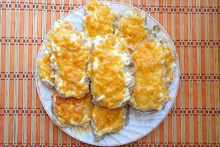 """🔹 Диетическое """"мясо по-французски"""" из куриного филе 🔹  🔸 На 100 гр - 105 ккал 🔸 белки - 15,3 🔸 жиры - 2,93 🔸 углеводы - 2,52 🔸   🔹 Ингредиенты:  куриное филе 2 шт.  помидор 2 шт.  репчатый лук 2 шт.  яйцо куриное 1 шт.  сыр любой нежирный и твердый 100 г  натуральный йогурт 1 ст. л.  перец черный молотый, соль   🔹Приготовление:  Для приготовления мяса по-французски из курицы филе порезать на тоненькие кусочки. Отбить.  Кусочки курицы сложить в миску и помыть.  Яйцо взбить, добавить…"""