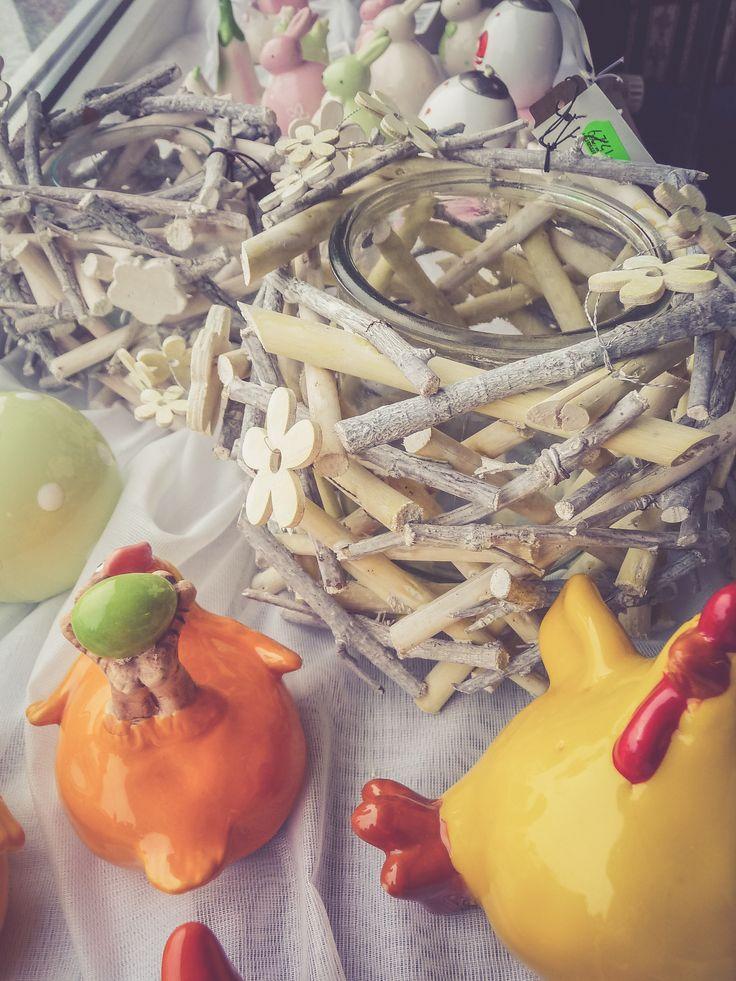 Schöne Teelichter aus Holz mit Blumen und Porzellan-Küken und Hennen, die wohl etwas zu viel Hühnerfutter bekommen haben ;)
