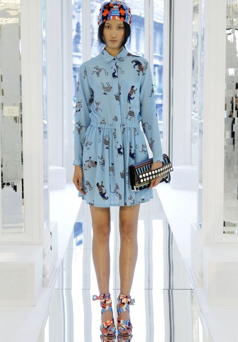 """MSGM WOMAN SPRING SUMMER 2013. Вроде нежные платья-рубашки, подчеркнутые сумкой с заклепками мы уже видели, головные уборы на тему """"тюрбан"""" тоже, а все равно комбинация работает и привлекает мое внимание. Все, кроме обуви. Вся коллекция на http://msgm.it/"""
