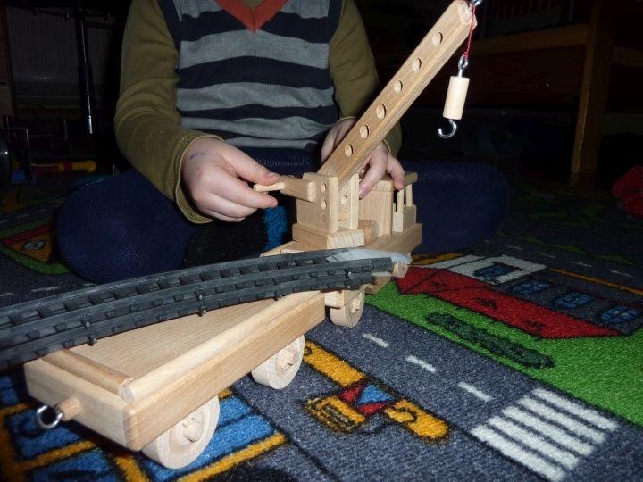 Vlak drezína ze dřeva s jeřábem a přípojným vagonem. K dodání do 24 h.