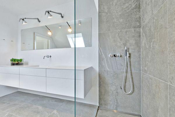 Til to helt nyistandsatte badeværelser på Rungstedvej i Aarhus C har vi leveret og monteret store klare brusevægge og spejle. Brusevæggene består begge af 10 mm. diamantglas, som er ekstra klart glas. Dette særlige glas gør, at selv store brusevægge…