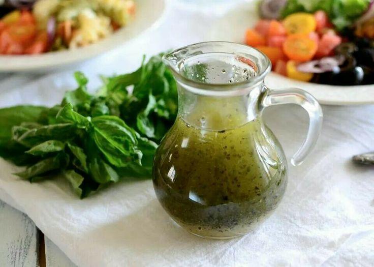 Итальянская заправка к салату  Ингредиенты: 1/2 стакана оливкового масла 2 столовых ложки лимонного сока 1 зубчик чеснока, выдавить 1 чайная ложка лукового порошка 1 чайная ложка нектара агавы, меда или сахара 1 чайная ложка сушеного орегано 1/4 чайной ложки сушеного базилика 1/2 чайной ложки морской соли  Приготовление: В небольшой емкости с крышкой смешайте все ингредиенты и взболтайте. Теперь можно использовать.