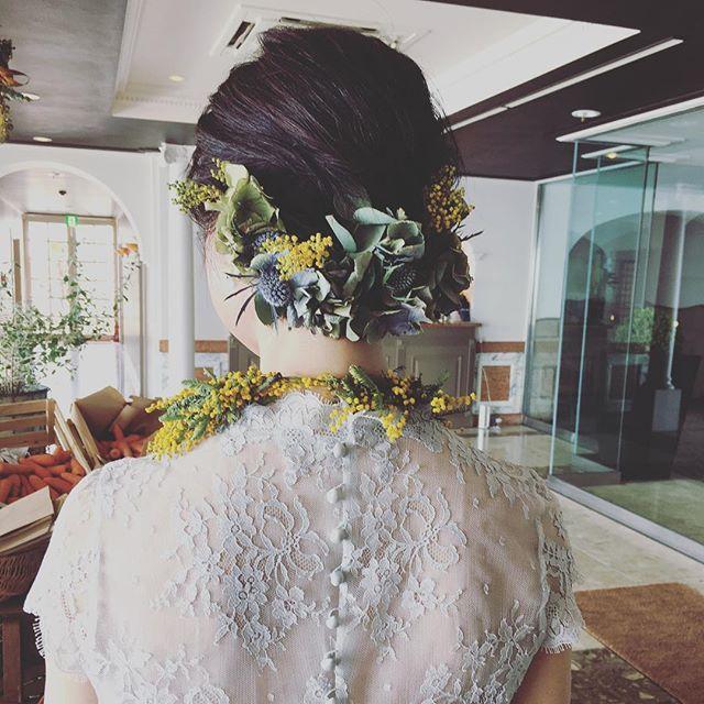 ブルーグレーのレースに包まれた優しいドレス  ショートヘアだからこそのアレンジ お花がフィットするのです✨  ご新婦のウエディングスタイルにぴったりで ほんと可愛いかったな♡  #wedding #weddinghairmake #weddingdress #花嫁 #ショートヘアアレンジ #ヘアアレンジ #生花アレンジ #ミモザ #葉山ウエディング #フレアージュ葉山 #lerire #ルリール