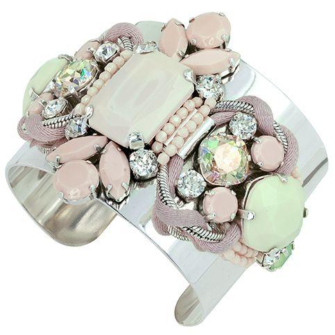 Bracelet manchette en m�tal de couleur argent et cordons de satin rose, orn� d'une pierre en r�sine rose poudr�, de pierres en verre couleur vert tendre et r�hauss� de cristaux Swarovski taille ronde.