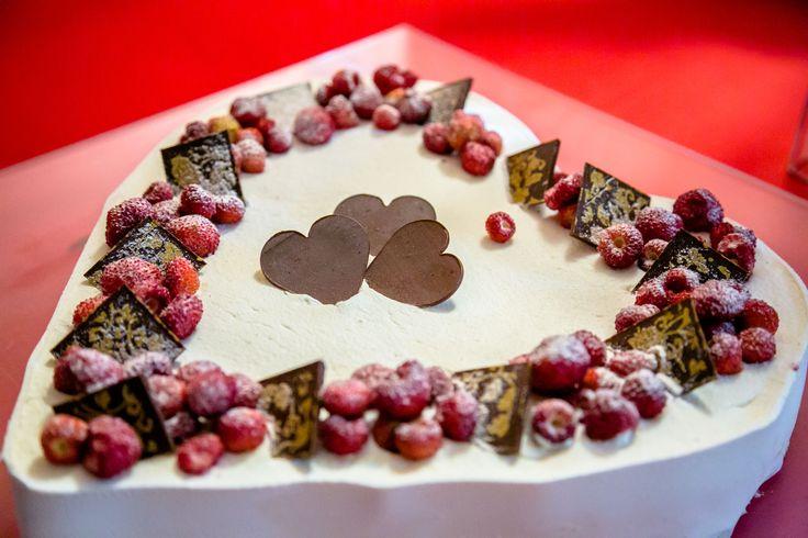 #Torta a forma di #cuore con scaglie di #cioccolata #fondente e #fragoline di #bosco - #heart-shaped #cake with #dark #chocolate flakes and #wild #strawberries