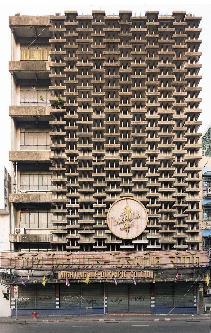 Thais brutalisme in Bangkok. Het Nightingale-Olympic warenhuis waar niets is veranderd sinds de opening in een foto van Nicolas Grospierre.