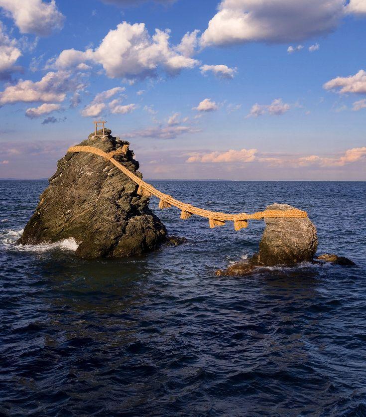 Las rocas casadas. Meoto Iwa («meoto» significa «pareja») son dos grandes rocas atadas con un grueso cabo que emergen a pocos metros de la orilla, en la península de Shima, al sudeste de Kioto. La mejor hora para contemplarlas es al amanecer, cuando entre las dos rocas aparece la lejana silueta del monte Fuji. Se llega a pie tras un corto paseo desde la estación de tren de Futaminoura.