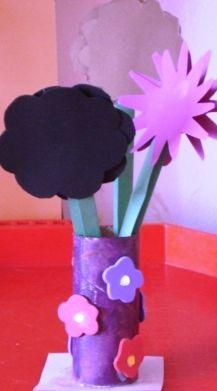 Vază de flori din hârtie gumată decupată în formă de floricele şi rolă de la hârtia igenică