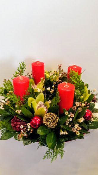 Χριστουγεννιάτικη σύνθεση christmas table center-piece arrangement with candles by Flowers Papadakis est 1989 info@flowers4u.gr tel 00302109426971
