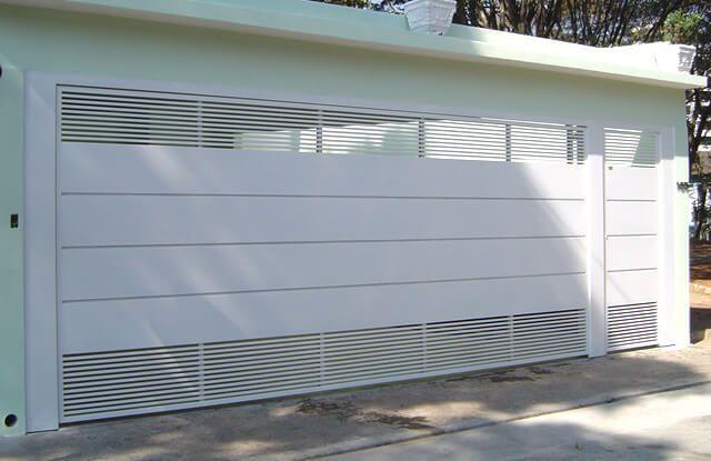 Portão de Chapa EP-520 pode conter revestimento de chapa #20 ou #24 galvanizado a fogo com 70mm de largura no desenho vertical, diagonal ou espinha de peixe.