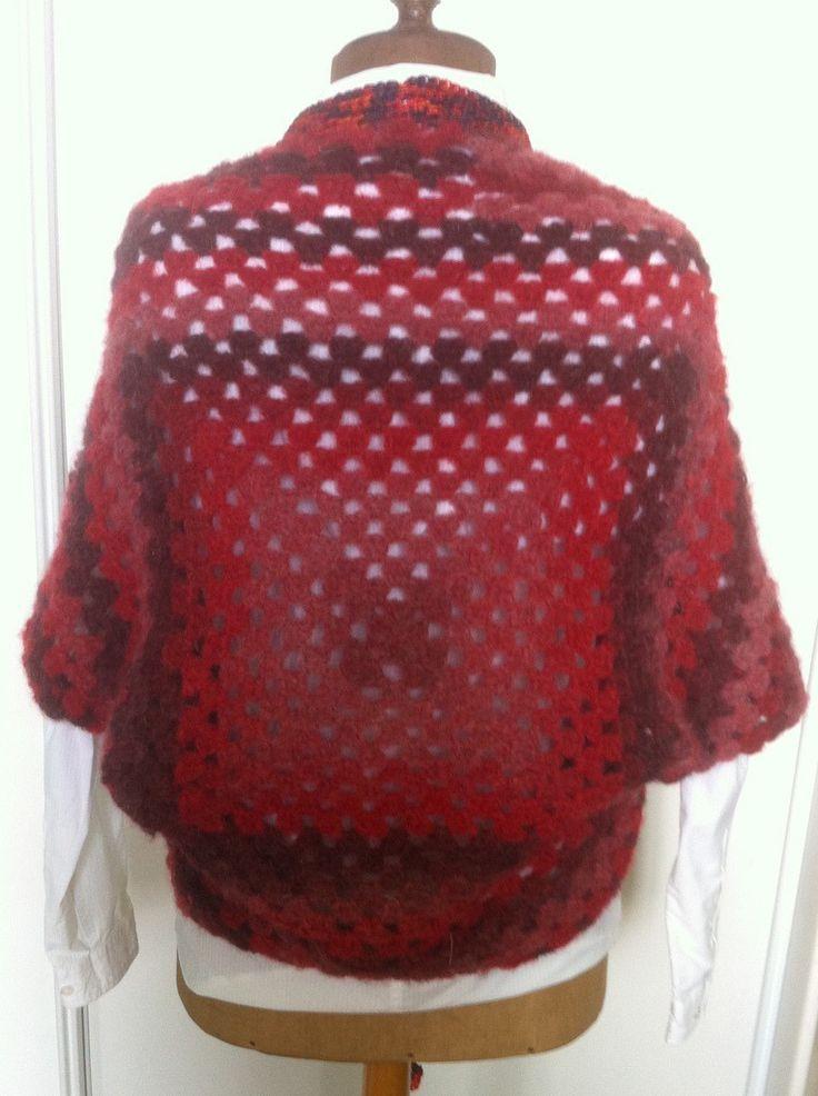boléro rouge et noir crocheté en laine : Pulls, gilets par aiguilletine-et-crochetine
