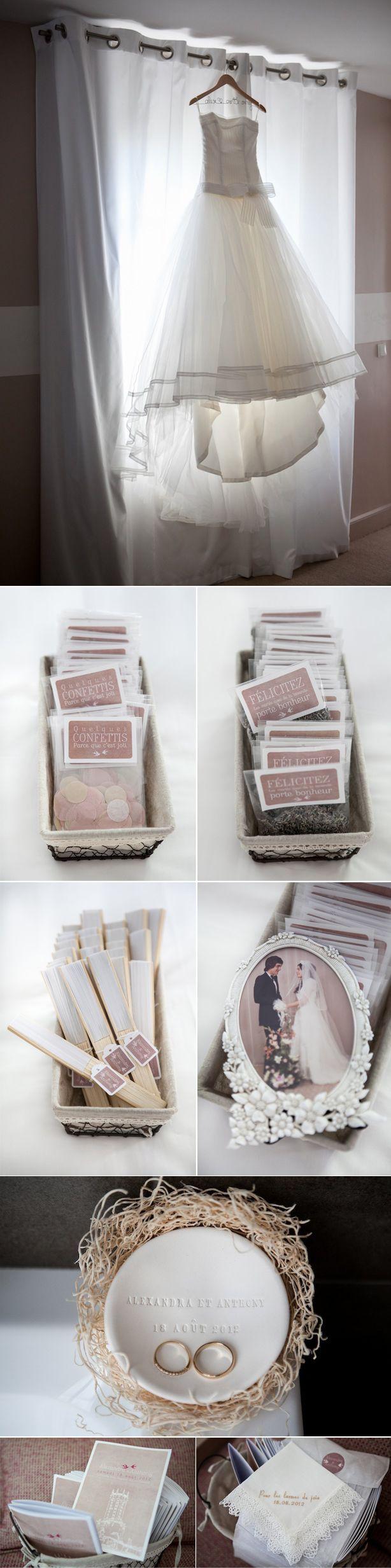 2 sachets à lacer: gros confettis ronds aux couleurs du mariage (blancs et beige) et des grains de lavande.