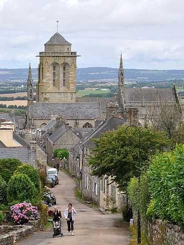 Locronan : un village de granit dans le Finistère : Avec ses maisons de granit et sa magnifique église du XVe siècle, la cité bretonne de Locronan a tout d'une carte postale. Ce village touristique, classé parmi les Plus Beaux Villages de France, a d'ailleurs servi de décor à plusieurs films ou téléfilms.