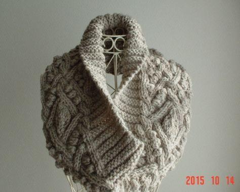 ☆彡ライトグレーのガーター&アラン模様のCowl Neck Warmer  基本は、スヌードタイプで、首元の冷気を防いでくれますが、 両肩先で、掛けて着ると、ヨーク風にもなれます。小葉を編み込んだアラン編みのケーブル編みと、畝の巾の大きなガータ編みが、人目をひき そうです(*^_^*) ドレスアップした装いにショール替わりにも、カジュアルスタイルにも。 サイズ:平面床置きで、巾21㎝ ...