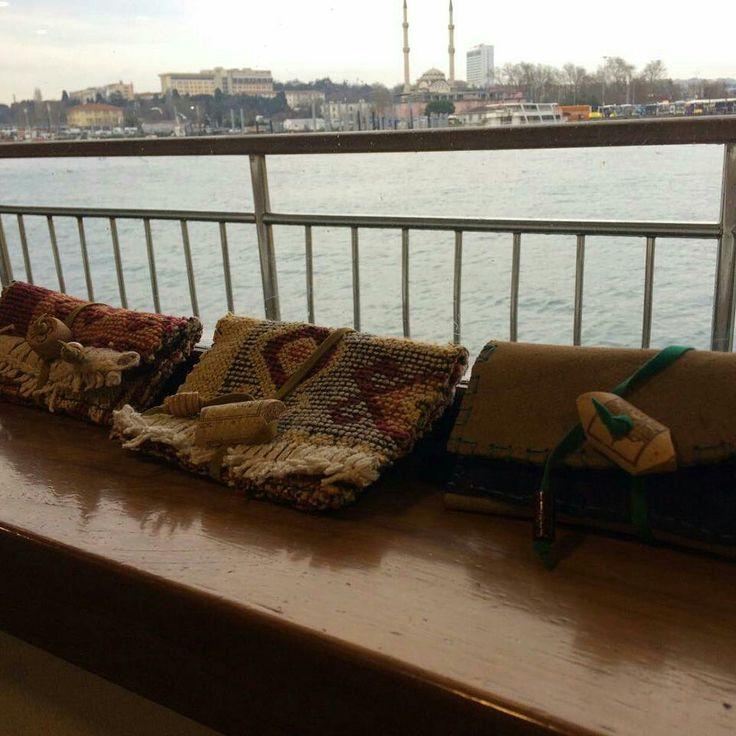 》》 yepyeni tasarımlarıyla hem kilim motifli hem de deri işleme el işi ve özgün tütün keseleriyle keyfî tasarım şeysi iran yollarında 😊💜✌#elişi #özgün #tasarım #kilim #motif #deri #deriişçiliği #tütün #tütünkesesi #tütünlük #tütünçantası #geridönüşüm #sanat #zanaat #istanbul #handmade #unique #design #carpet #leather #leatherworks #tobacco #tobaccocase #rcyle #art #craft #peace #love