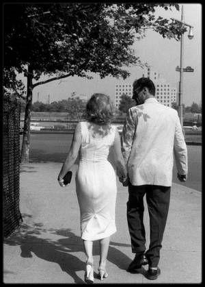 Juin 1957 / Quand MILLER et Marilyn se promènent sur Queensboro bridge, New-York, sous l'objectif de Sam SHAW... Un couple presque ordinaire !
