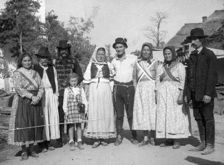 Soós Imre színművész helybeliekkel a Lúdas Matyi című film forgatásán. Dömsöd 1949.
