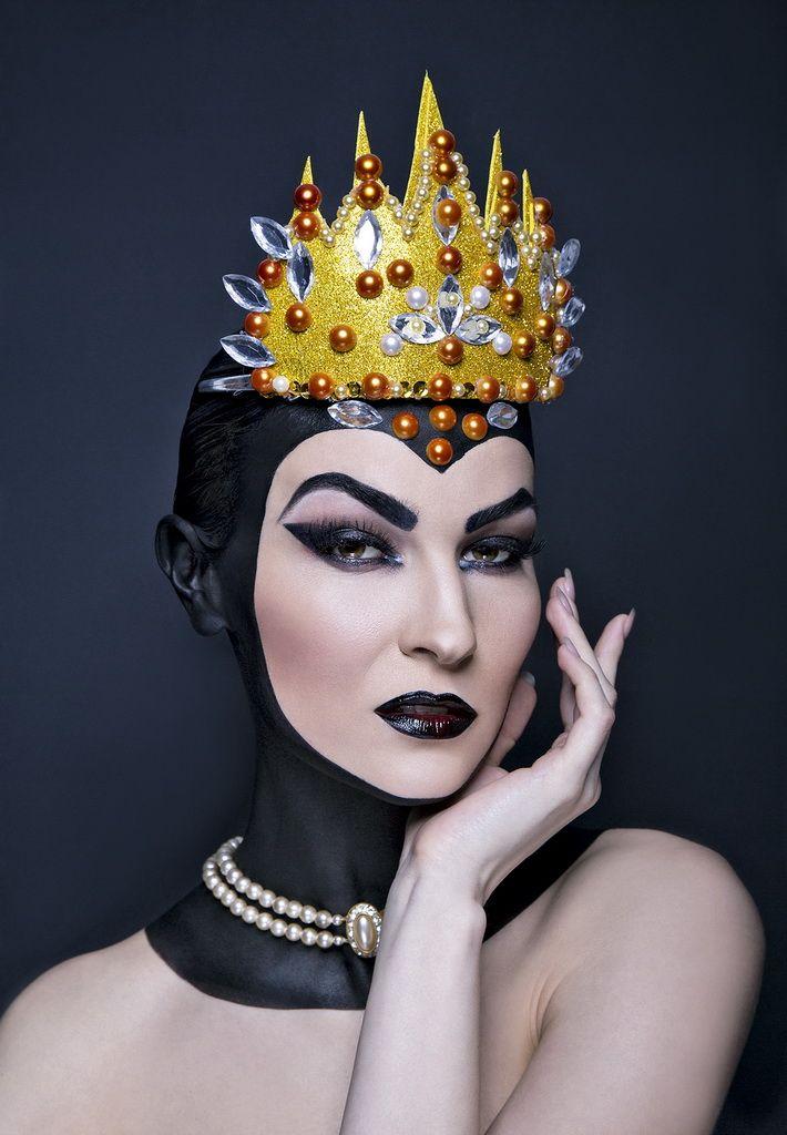 A GONOSZ KIRÁLYNŐ  The Evil Queen - Finished LookVilágos, púderes alapozással indul ez a smink. Húzzuk ki fekete szemceruzával a szemöldököket, hajlítsuk is meg az ívüket úgy, hogy a tekintet gonosszá váljon. A szemceruzával a szemhéjat és a szem alatti részt is húzzuk ki vastagon, éles kontúrral.  http://www.fotosiskola.hu/hirek/268-a-tokeletes-halloween-szelfi-titka