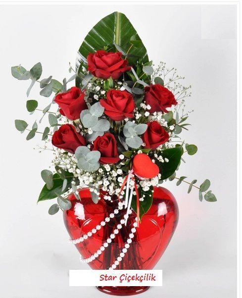 Ataşehir Çiçekçi, Kırmızı gül aşkın simgesidir. kırmızı gül  gıpsofalıa ile oluşan bu kalp vazoda, kurduğunuz tüm hayalleri Aşka dönüştürecek, her şey gözünüze büyük aşkınıza yakışacak kadar masum ve güzel görünecek.