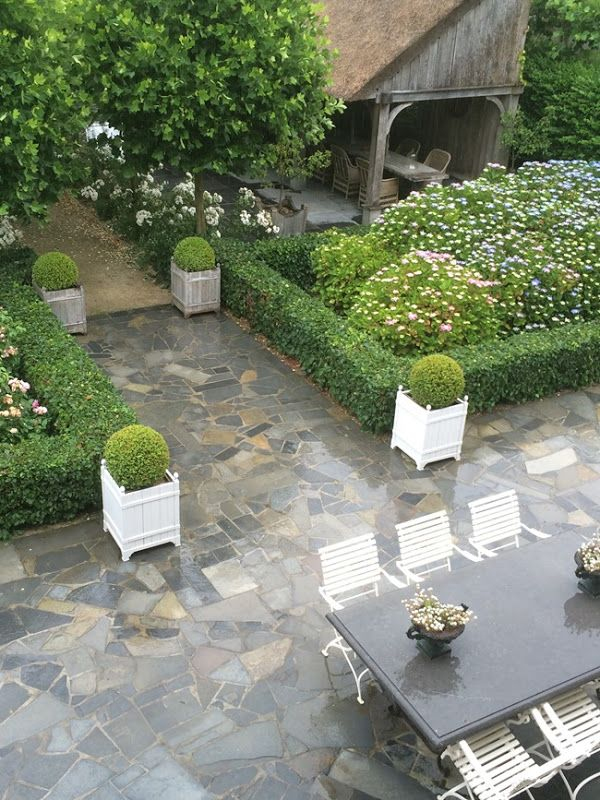 Belgian pearl her garden absolutely stunning for Paved courtyard garden ideas