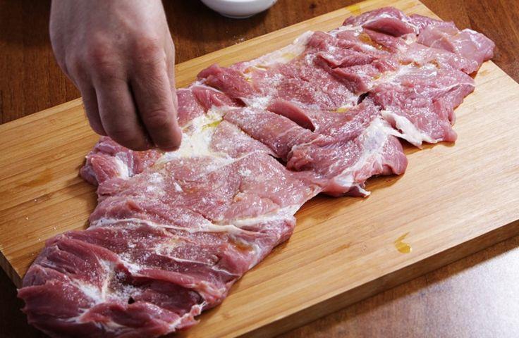 Porchetta italiană reprezintă o ruladă delicioasă din carne cu ierburi aromate, usturoi și coajă rasă de portocală. Pregătită pentru prima dată în centrul Italiei, rulada a devenit foarte populară și iubită de toți. Acest deliciu este prezent la fiecare sărbătoare sau târg. Deși se consideră că pe Peninsula Italică doar bucătarii profesioniști o pot pregăti, venim să vă dovedim contrariul. Vă prezentăm rețeta unei rulade delicioase în stil italian, ce o puteți pregăti în propria bucătărie…