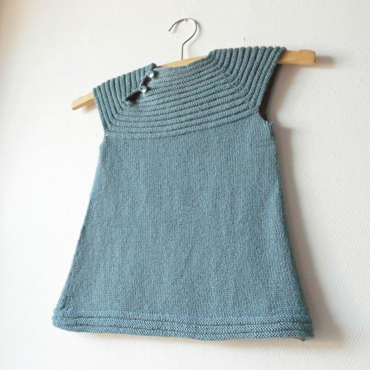 Une robe pour Zélie. La little sister's dress devient little cousin's dress pour l'occasion. Un modèle sympa pour une petite fille,...