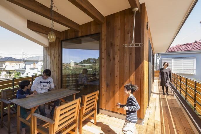 アウトドアリビングのあるバルコニー(緑豊かな庭を背景に「甲板のある家」) - アウトドア事例|SUVACO(スバコ)
