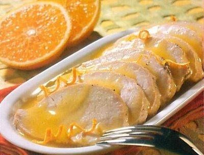 Cómo hacer Lomo de cerdo a la naranja. En una olla a presión ponemos medio vasito de aceite, salpimentamos el lomo y rehogamos la carne por ambos lados, hasta que la veamos