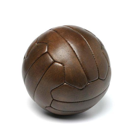 Ballon de football 1950 par JohnWoodbridgeMakers sur Etsy