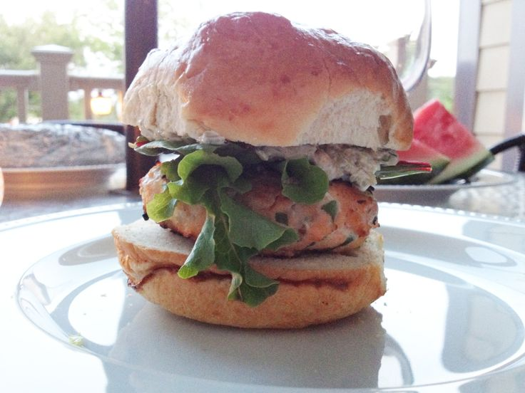 Salmon Burgers with Yogurt-Tartar Sauce | Lunch/Dinner | Pinterest