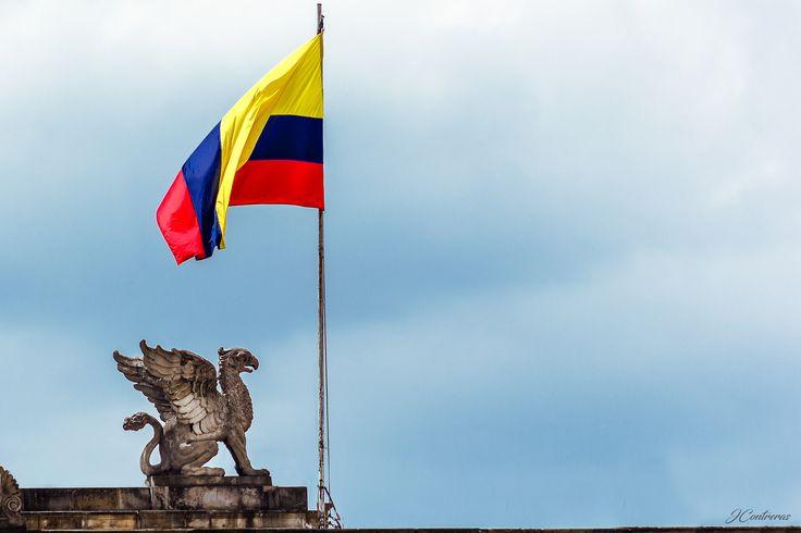 Colombia! - Bandera colombiana en la Plaza de Bolívar en la ciudad de Bogotá.