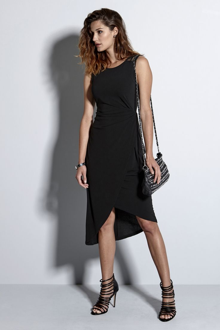 Czarna sukienka z modnym wykończeniem, 159 zł na http://www.halens.pl/moda-damska-rozmiary-specjalne-na-gore-5828/sukienka-kajsa-564409?imageId=418094&variantId=564409-0001, do tego mała torebka, sandałki i już wyglądasz perfekcyjnie!