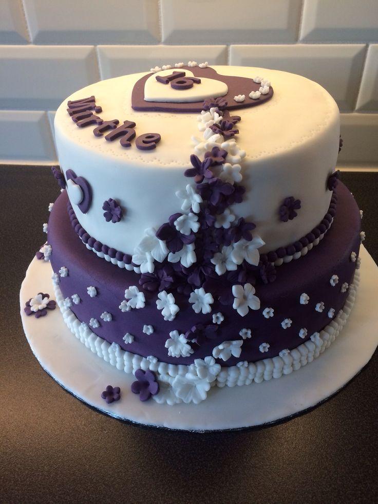 Paarse taart met bloemen. www.twinkelotje.nl